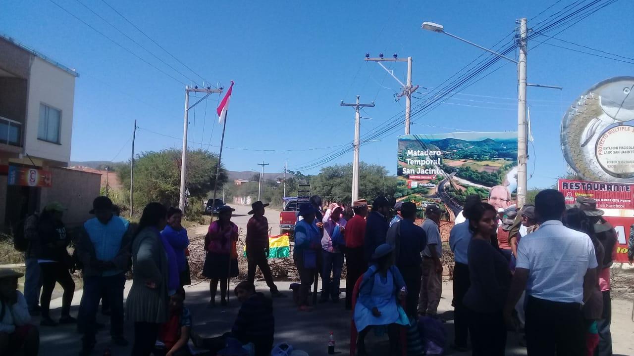 Campesinos de Cercado bloquean los ingresos a la Fexpo Tarija y exigen desembolso de recursos