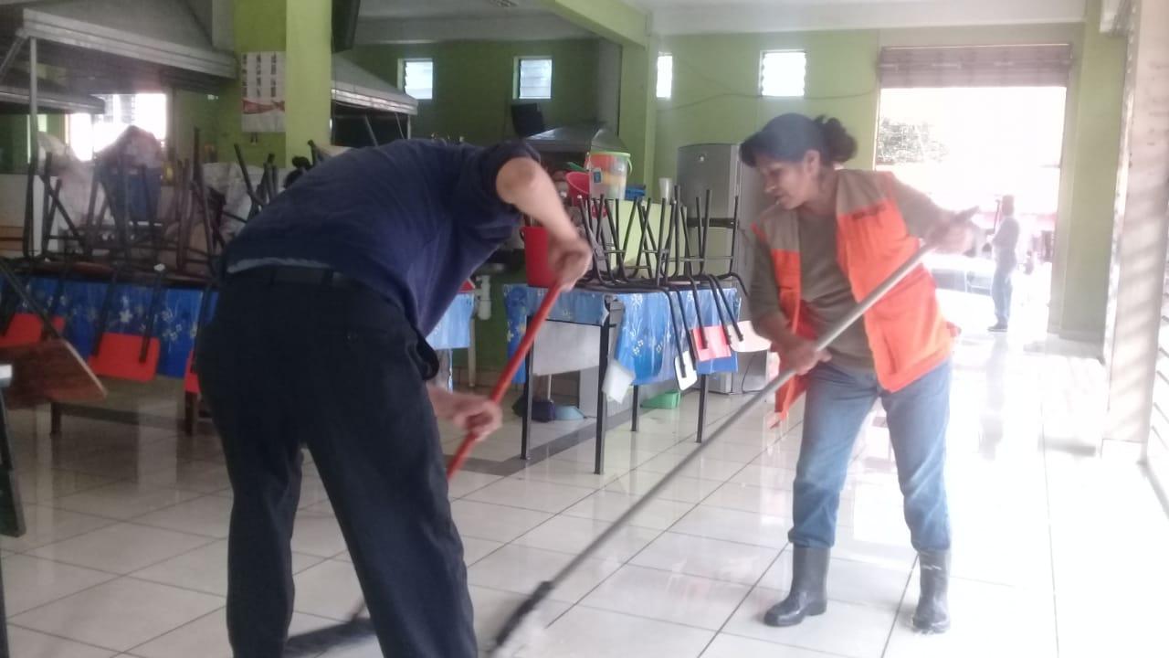 Intedencia y comerciantes realizan limpieza completa en el mercado La Loma de Tarija