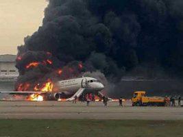 Un avión aterrizó envuelto en llamas en el aeropuerto de Moscú: al menos 13 muertos
