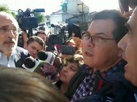 """Activistas increpan a Carlos Mesa exigiéndole a gritos """"unidad"""" en Santa Cruz"""