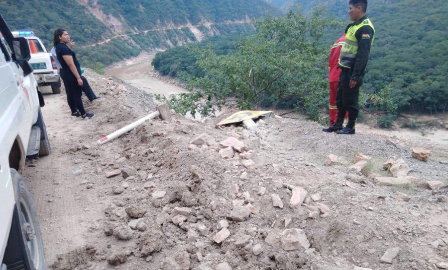 Camioneta con pescado se embarranca y deja dos personas heridas en Tarija