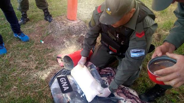 Bolivianos traficaban droga en un extintor a Argentina