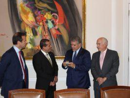 Duque recibe firmas de bolivianos para activar consulta contra reelección