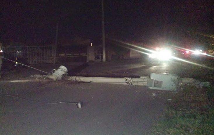Conductor se da a la fuga tras chocar su auto contra un poste de alumbrado público en Tarija