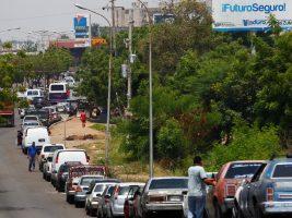 Militares venezolanos controlan las largas filas en las estaciones de combustible para evitar protestas