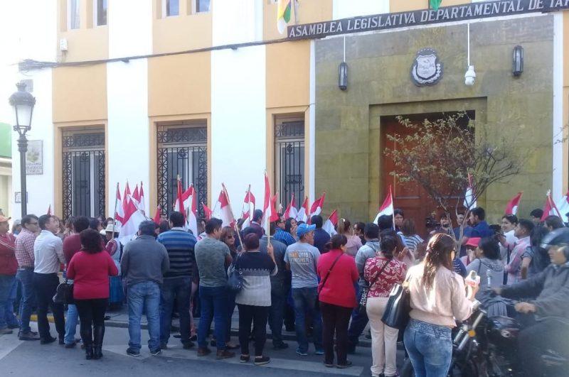 Ciudadanos realizan vigilia en la Asamblea de Tarija para exigir igualdad en las elecciones
