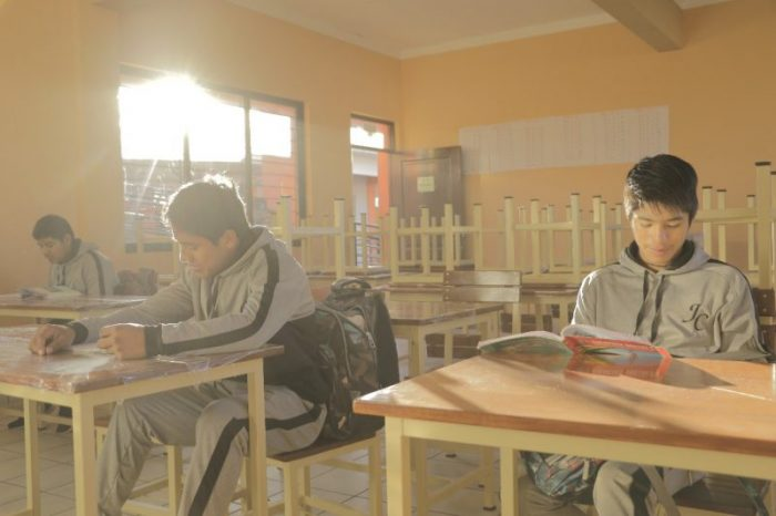 Alcalde de Cercado entrega mobiliario para la unidad educativa Julio Calvo