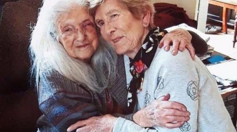 Una mujer irlandesa de 81 años se reencuentra con su madre de 103