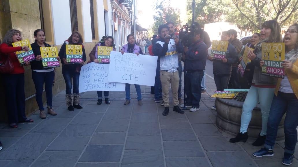 Mujeres protestan en la Asamblea de Tarija y piden que se cumpla la paridad en cargos políticos