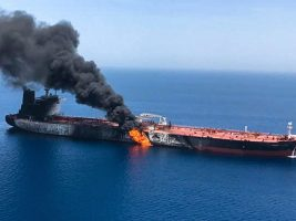 Humo que se eleva desde un buque cisterna atacado frente a la costa de Omán