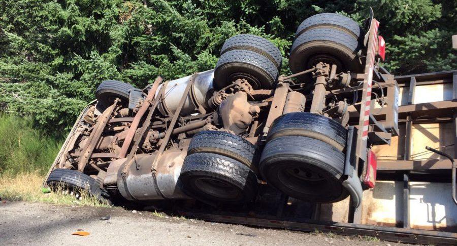 Camión cargado de abono natural se volcó en la Falda la Queñua en Tarija