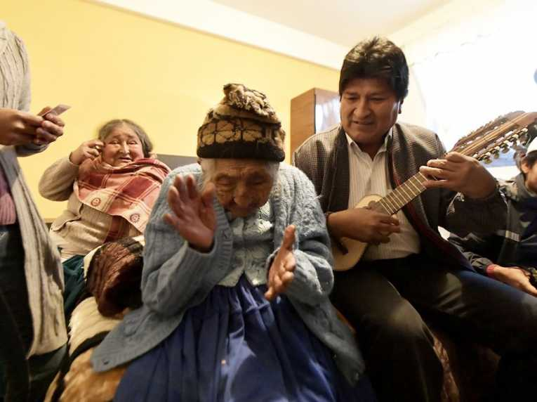 Presidente entrega vivienda social a la mujer más longeva de Bolivia en municipio de Sacaba