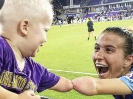 La historia detrás de la conmovedora foto de la futbolista y el niño sin un brazo