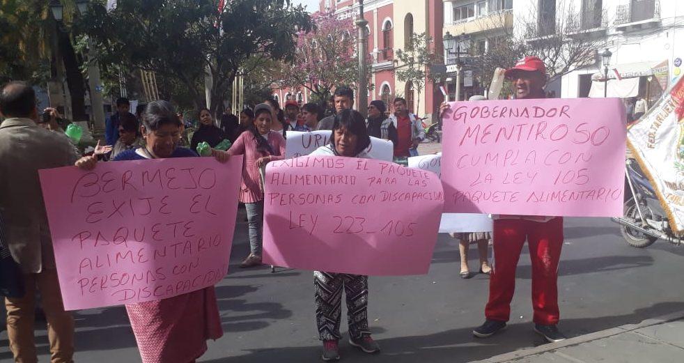 Personas con discapacidad de Tarija marchan en demanda del paquete alimentario