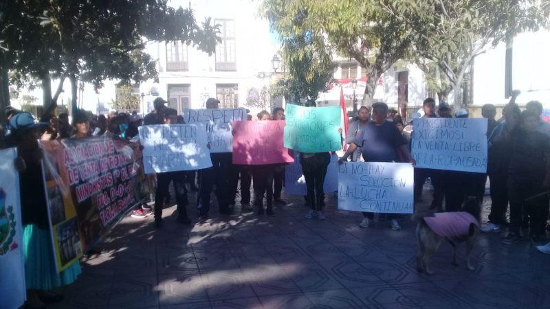 Comerciantes de ropa americana protestan y bloquean carretera al norte de Tarija en demanda de atención al sector