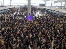 """Manifestación prodemocracia en el aeropuerto de Hong Kong: China habla de """"terrorismo"""" y se cancelaron todos los vuelos"""