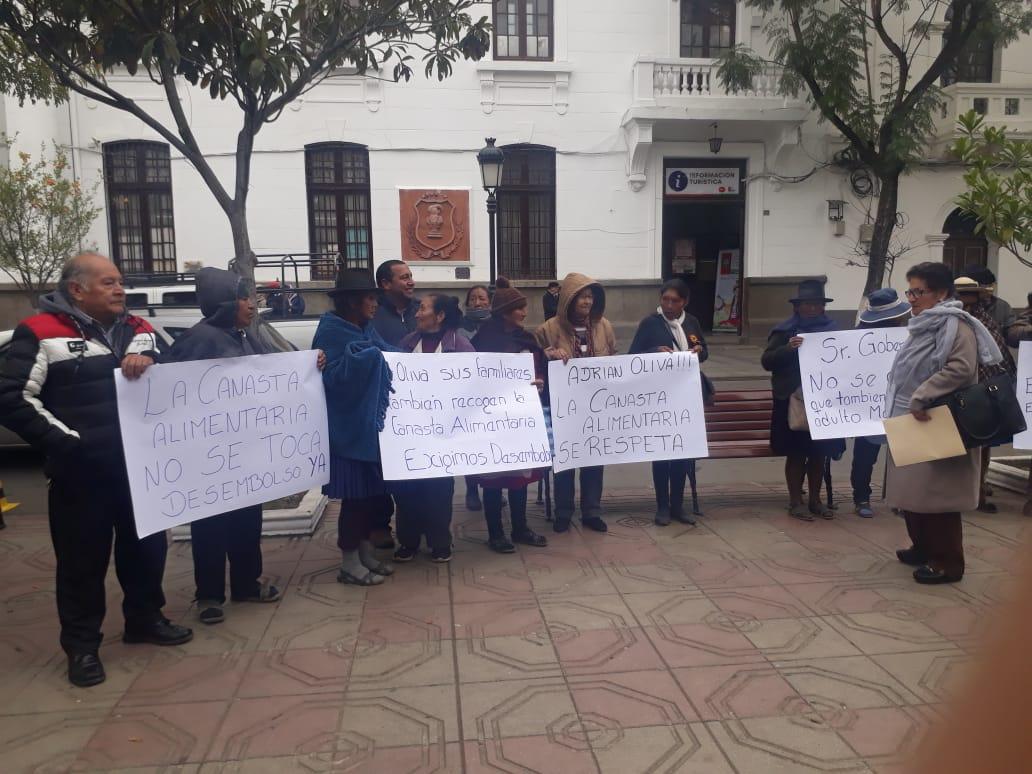 Adultos mayores piden la cancelación de más de 3.000.000 de bolivianos a la Gobernación para la canasta alimentaria