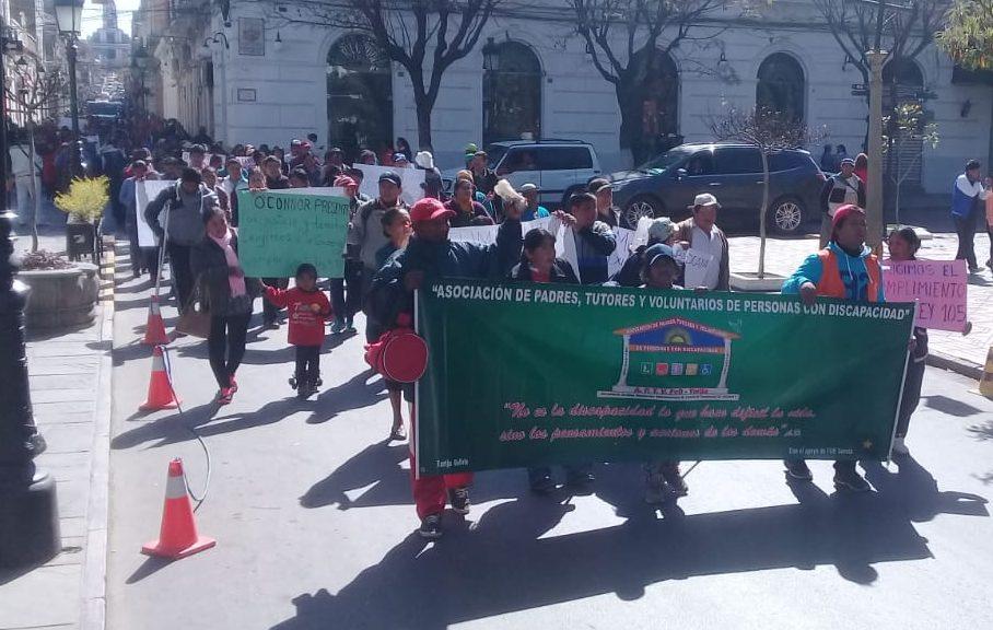 Personas con discapacidad exigen la entrega del paquete alimentario en Tarija
