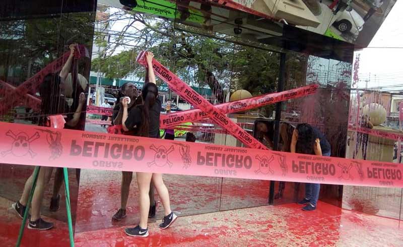 Mujeres lanzan pintura roja a sede de industriales cruceños en protesta por incendios