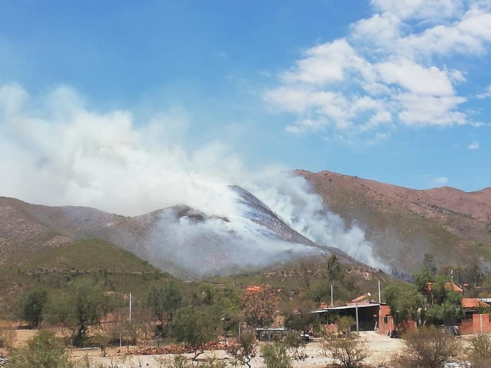 Bomberos e instituciones se movilizan para apagar incendio en Rincón de la Victoria de Tarija