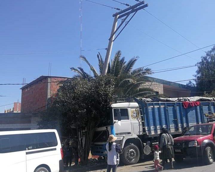 El choque de un camión con un poste de energía deja sin luz a Tarija