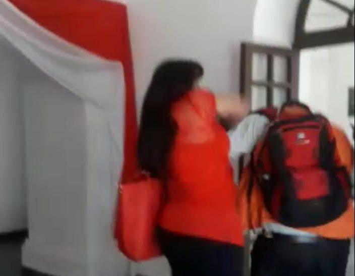 Patricia Galarza golpea a Wilfredo Vidal en el Comité Cívico de Tarija