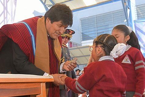 Evo inicia pago del bono Juancito Pinto que beneficiará a más de dos millones de estudiantes
