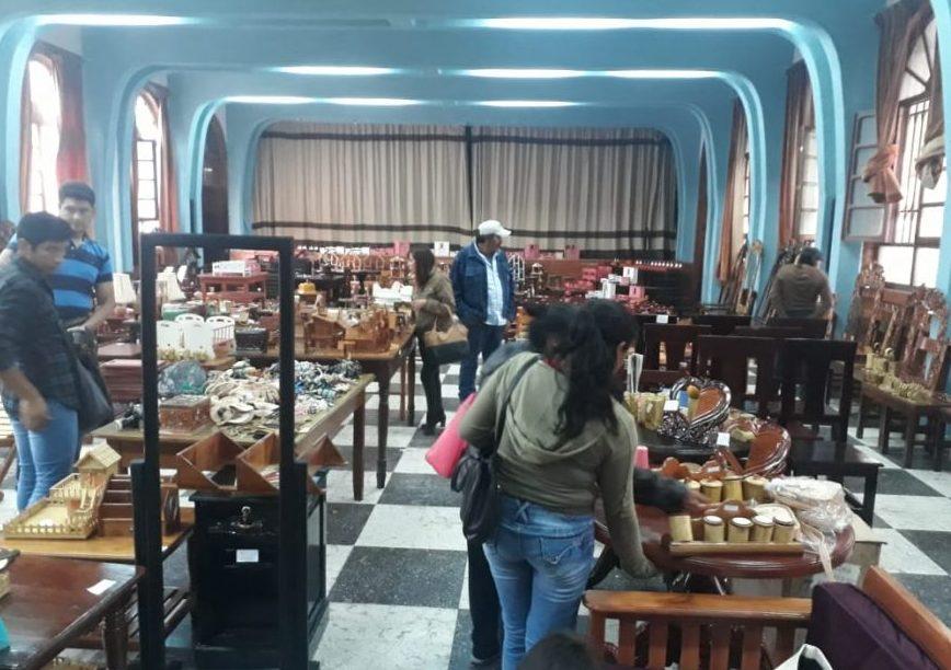 Internos del Penal de Morros Blancos de Tarija realizan feria Artesanal