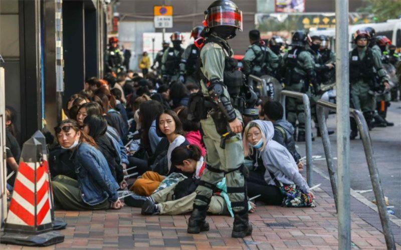 Incendios, represión y manifestantes prodemocracia atrincherados en la Universidad Politécnica de Hong Kong