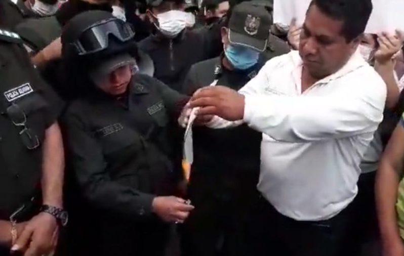 Policía de Tarija quema carta de ministro Romero y ratifica su apoyo al pueblo