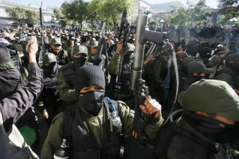 Policías de La Paz se suman al motín nacional