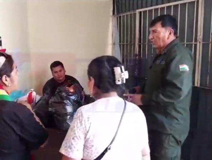 Comerciantes del mercado Lourdes entregan refrigerio a la Policía de Yacuiba tras motín - La Voz de Tarija