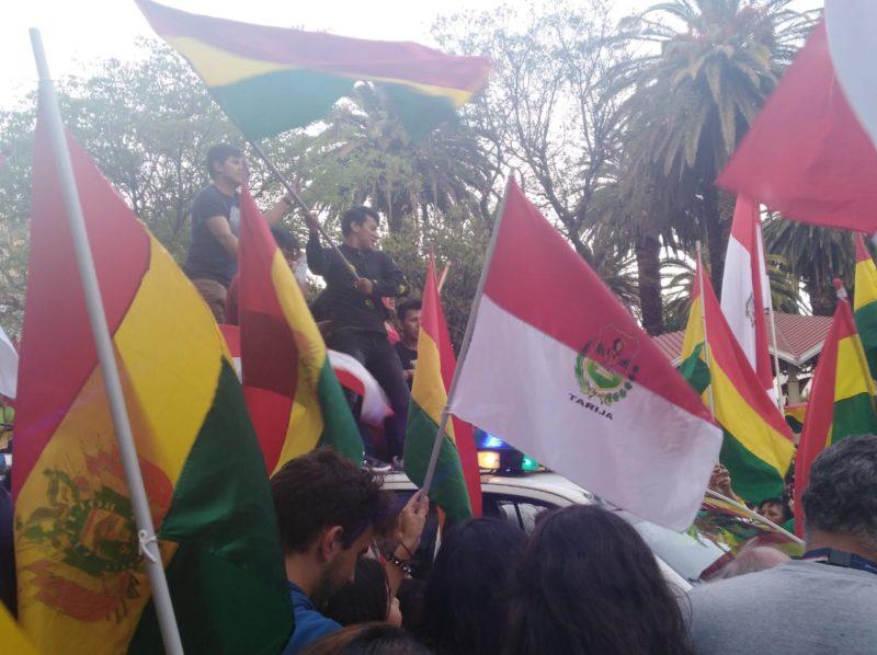 Con banderas y cánticos, ciudadanos celebran la renuncia de Evo en la plaza de Tarija
