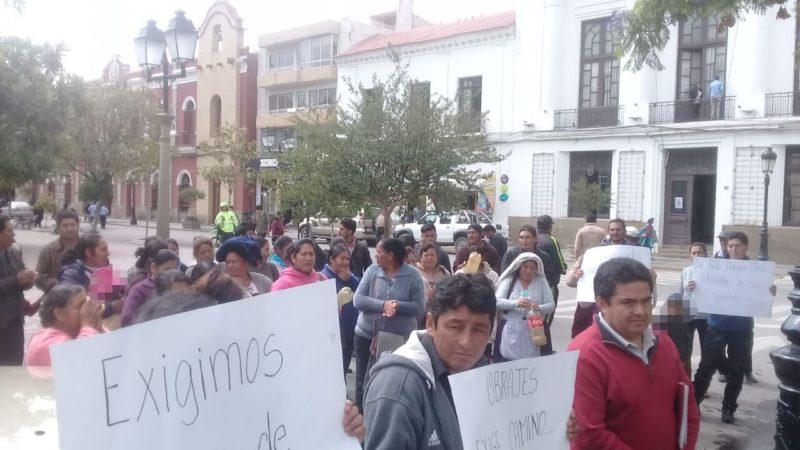 Comunarios de Obrajes exigen a la Gobernación cumplir con el asfaltado de caminos