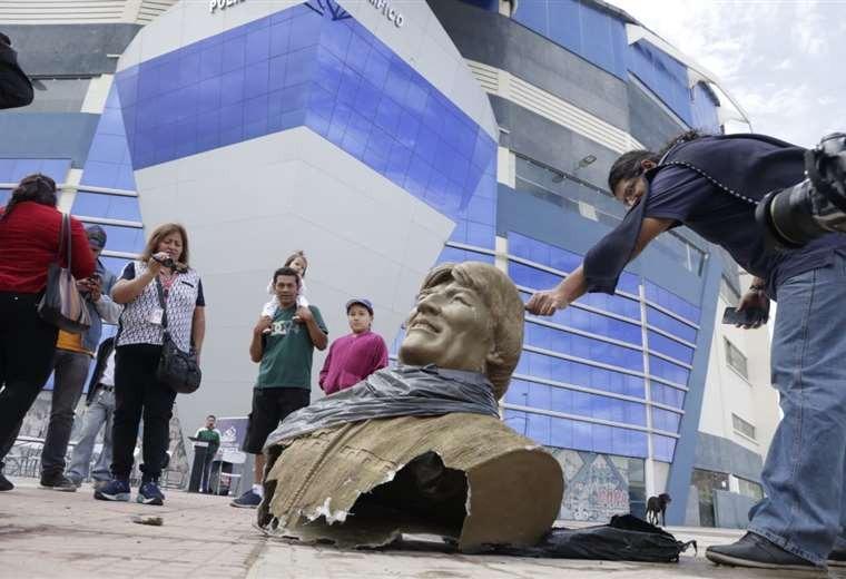 Retiran el busto de Evo Morales del polideportivo en Quillacollo