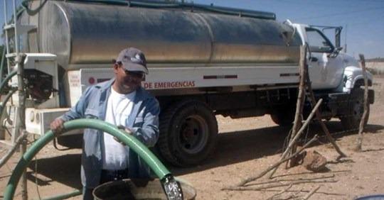 Carros cisternas recorren barrios periféricos de Tarija dotando agua potable