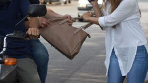 """""""Motochorros"""" roban cartera con Bs 14.000 a una mujer en Tarija"""