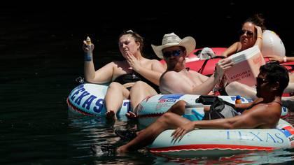 """EEUU Bañistas ignoran la """"nueva normalidad"""", y abarrotan el río Comal en Texas"""
