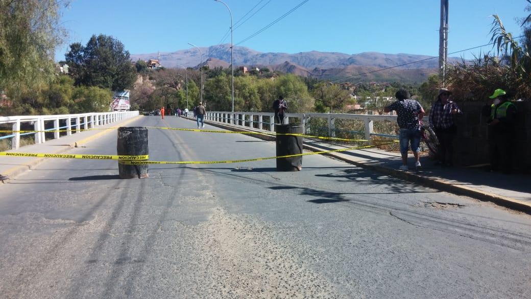 Soporte principal del histórico puente San Martín de Tarija colapsa y daña una tubería de agua