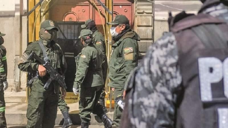 Familiares de policías, reclaman al ministro Murillo por desatención a uniformados