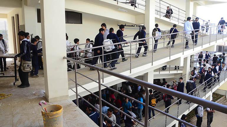 Maestros de colegios privados observan la ausencia de una norma y afirman que seguirán dando clases