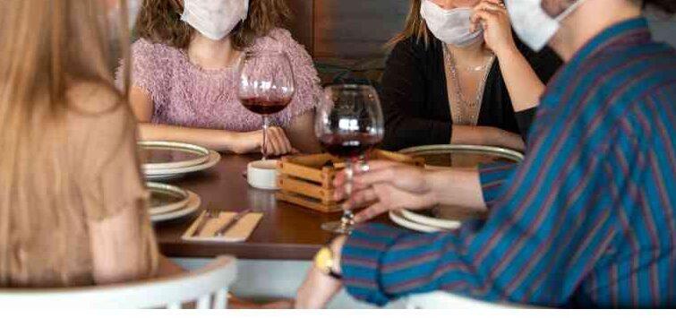 Un estudio advierte que el tiempo que se pasa en interiores aumenta el riesgo de exposición al coronavirus