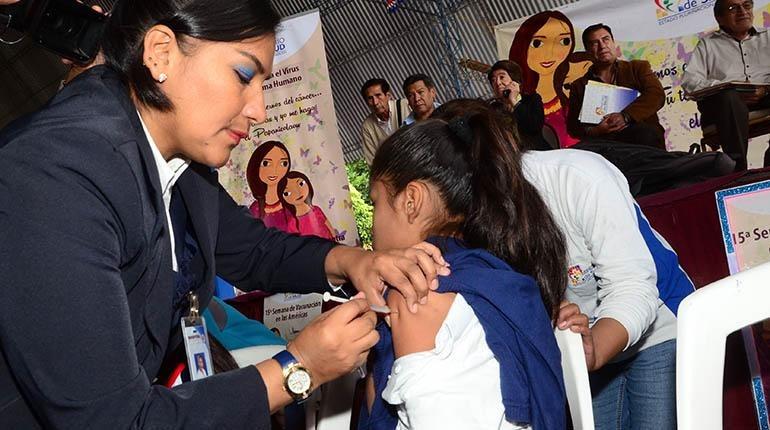 Continúan con la vacuna a niñas contra el cáncer de cuello uterino en Tarija