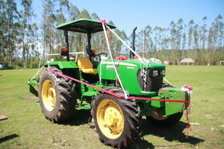 Gobernación de Tarija entrega un tractor para fortalecer al sector agrícola de Emborozú