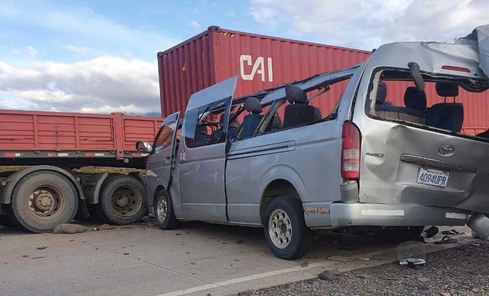 Colisión de minibús contra camión deja cuatro fallecidos