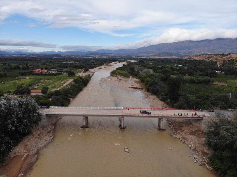 Gobernador de Tarija inaugura el puente La Higuera, obra que conecta a varias comunidades del valle central