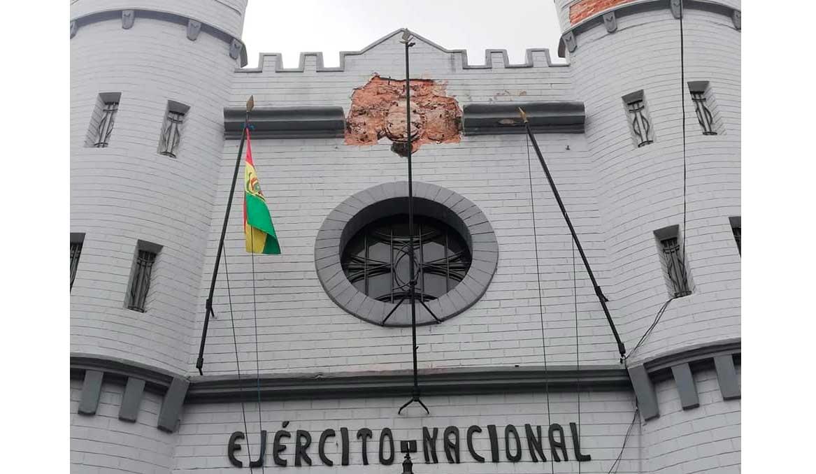 Jefe militar explica que escudo de cuartel de Sucre está en restauración y será repuesto