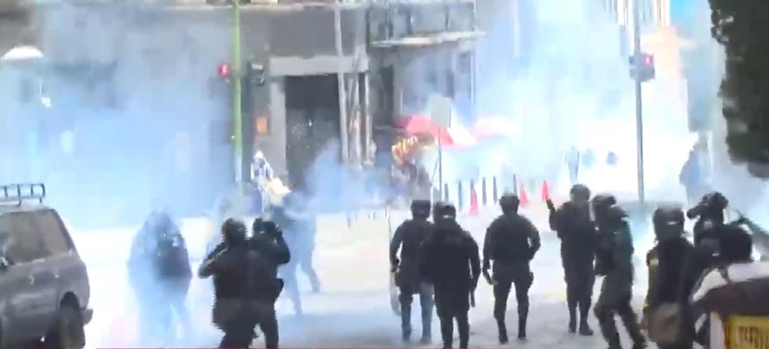 Nueva jornada de enfrentamientos en La Paz deja heridos entre manifestantes y policías
