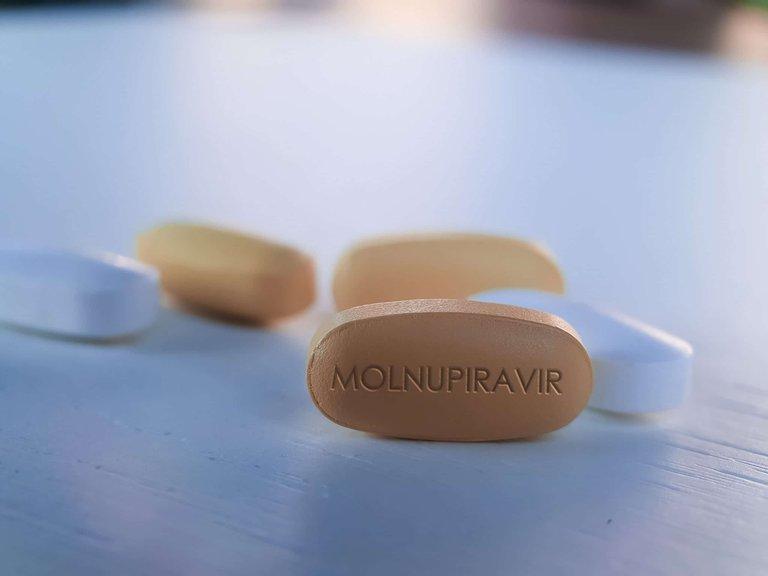 Estados Unidos firmó un acuerdo para comprar millones de lotes de una píldora contra el COVID-19