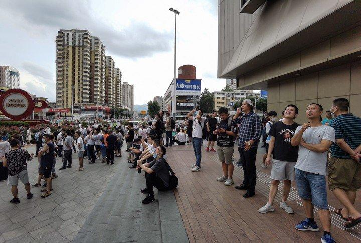 Pánico en China: el momento en que uno de los rascacielos más altos del país comienza a temblar y debe ser evacuado